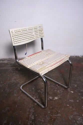 kreativen Stuhl aus Tastaturen basteln - DIY Bastelideen für Computerfans