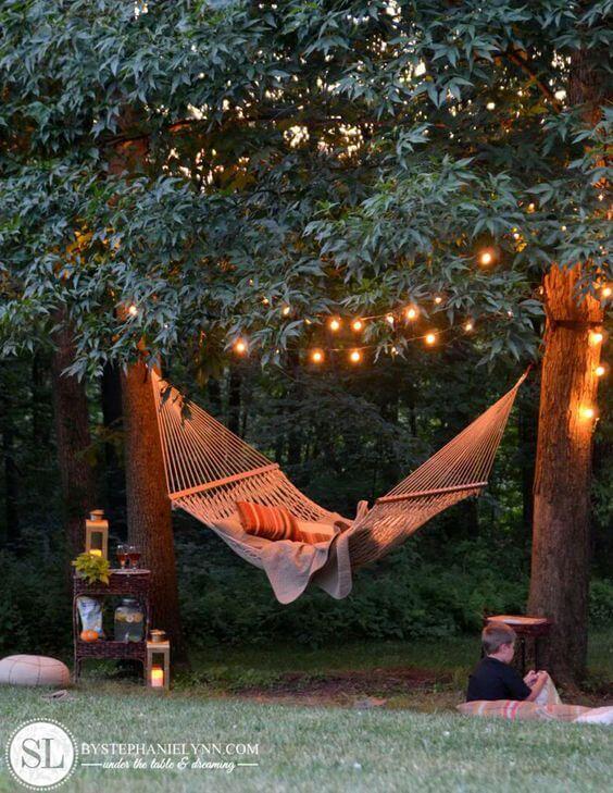 Relax-Zone mit Hängematten und Lichterketten im Garten gestalten