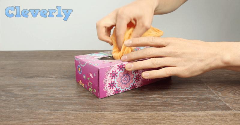 Plastiktüte in eine Taschentuchbox verstauen