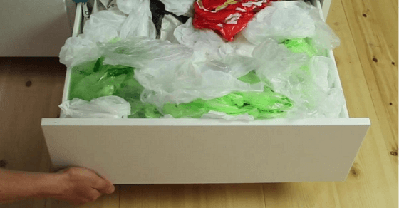 Nach dem Einkaufen türmen sich die Plastiktüten, aber mit diesem Trick