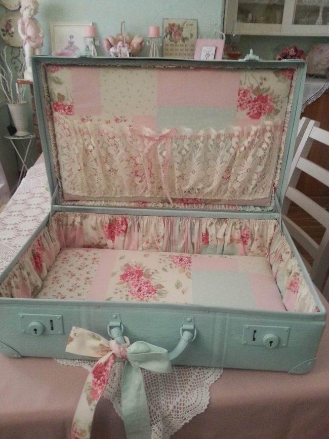 Koffer mit Spitze und Blumenmuster verzieren-Shabby Chic Aufbewahrung zum Selbermachen