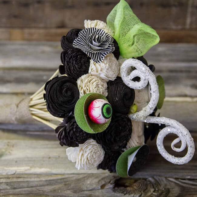 DIY Halloween-Strauß aus Kunstblumen