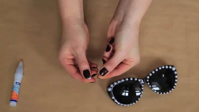 Sonnenbrille mit Perlen dekorieren - DIY Deko Ideen