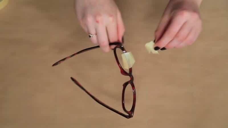 Gläser der Sonnenbrille mit Klebeband bekleben