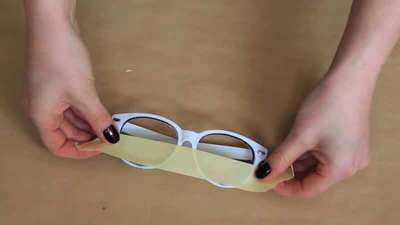 Die Hälfte der Sonnenbrillengläser mit Klebeband bekleben - DIY Designerbrille