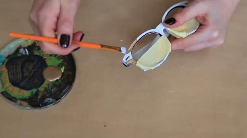 Sonnenbrille mit Acrylfarbe färben - Sonnenbrillendeko