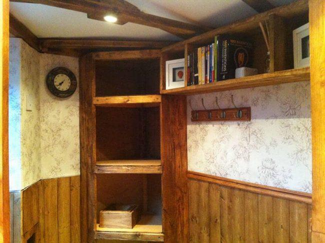 Hobbit Haus einrichten - mit Bücherregalen