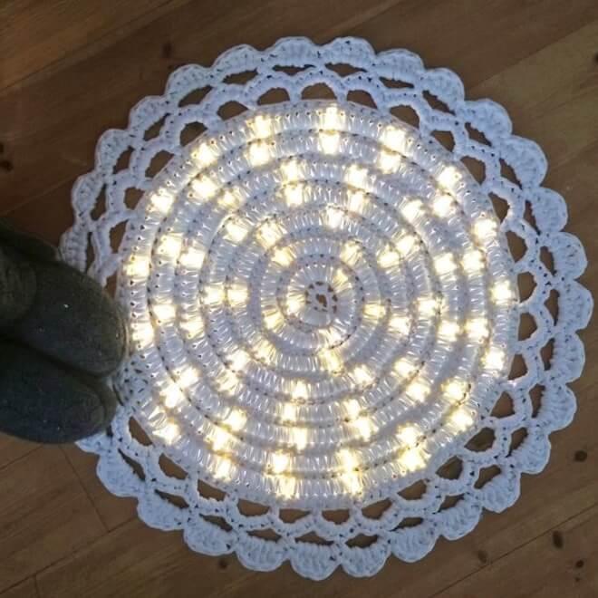 Das Ergebnis: schöner leuchtender DIY-Teppich-Deko