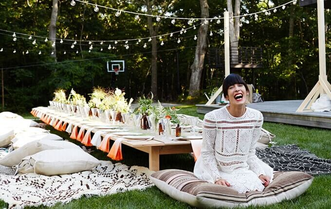 Gemütliche Gartenparty mit Kissen und Decken - Sommerlounge selber machen