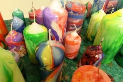 marmorierte Kerzen mit verschiedenen Farben selber gestalten