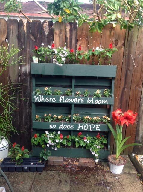 Blumenbeeten aus einer Europalette basteln-Bastel-Ideen für den Garten