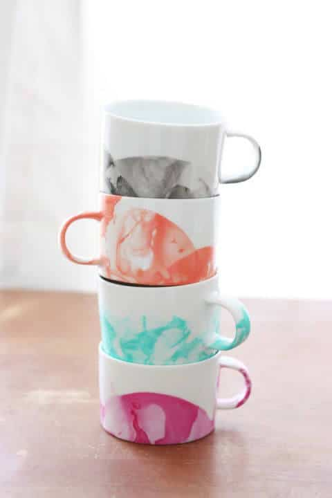 DIY Geschenkideen - Marmor-Tassen selber machen