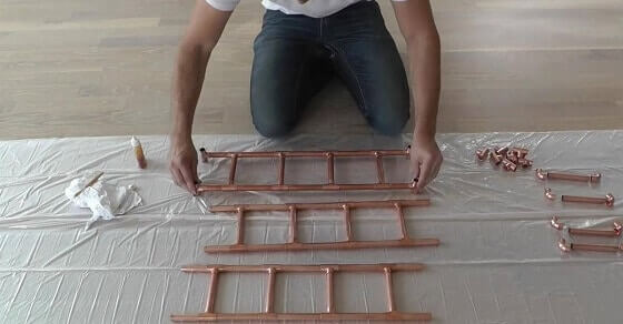 Er benutzt Kupferrohre für einen individuellen DIY Kräutergarten.