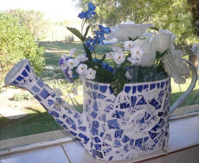 Mosaike Gießkanne-Teetasse wiederverwenden-DIY Dekoidee