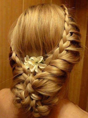 Flechtfrisur mit Blumen - Haarschmuck Ideen