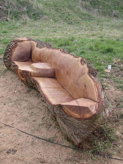 Aus einem alten Baumstamm lässt sich diese tolle DIY Garten-Bank bauen!