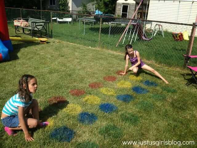 Twister auf dem Rasen - lustige Spiele für Kinder im Freien