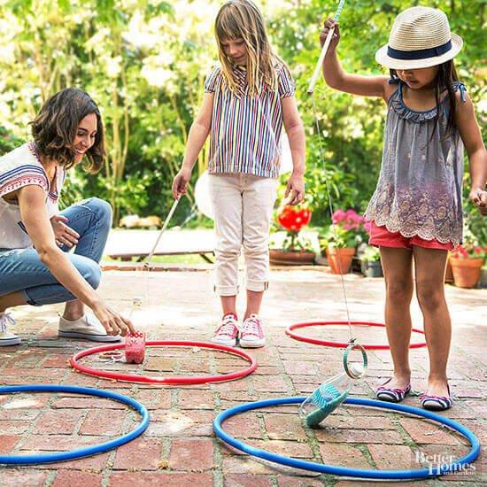Spiel mit Flaschen und Hula-Hoop Reifen