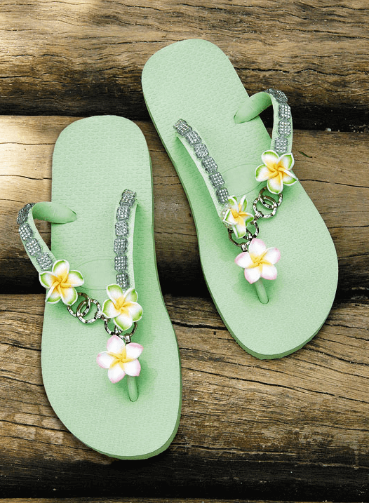 Flip-Flops mit Blumen und Ketten