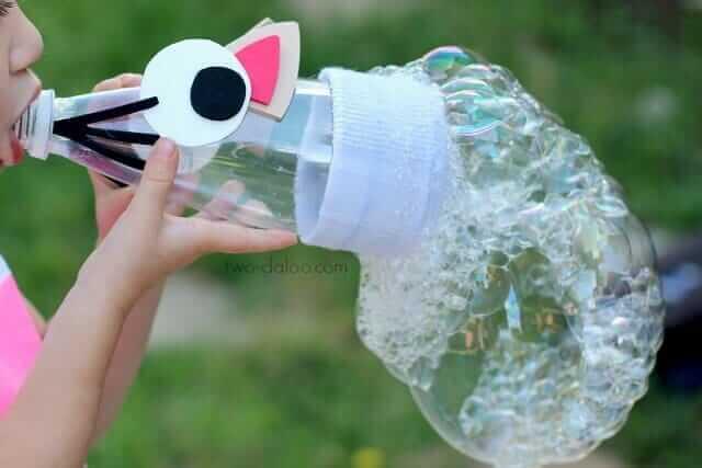 Seifenblasen selber machen mit einer Plastikflasche