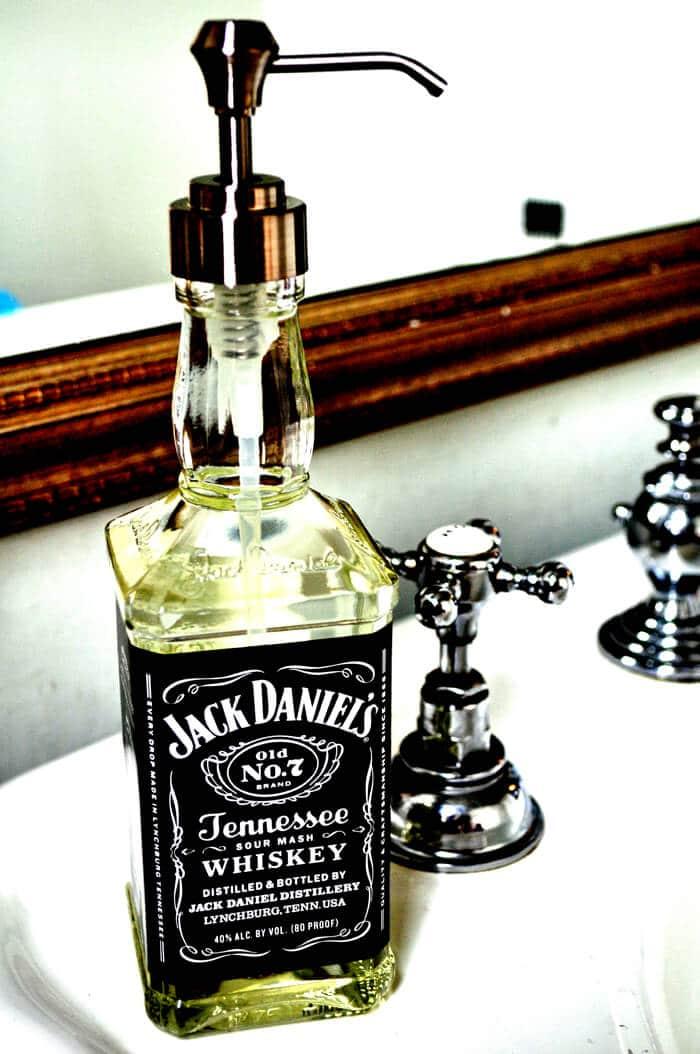 DIY Seifenspender basteln aus leeren Whiskyflaschen