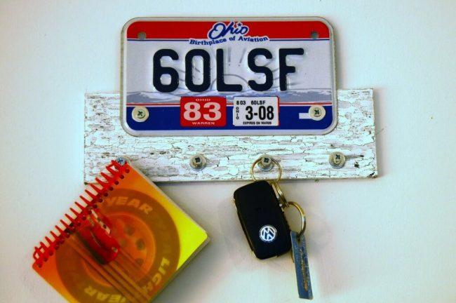 Schlüsselbrett aus einem Nummernschild basteln