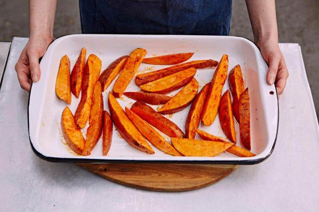 Süßkartoffel-Pommes im Ofen zubereiten