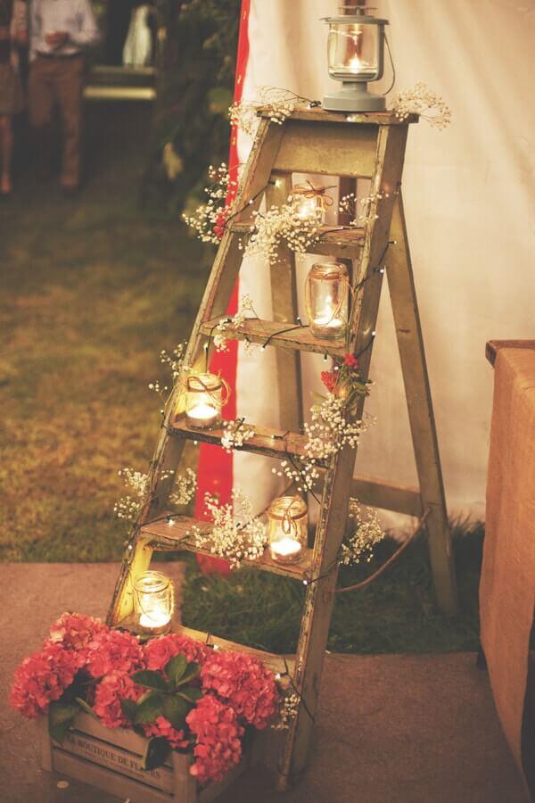 Rustikale Hochzeitsdekoration selber machen mit Kerzen und Schleierkraut-Leiter dekorieren