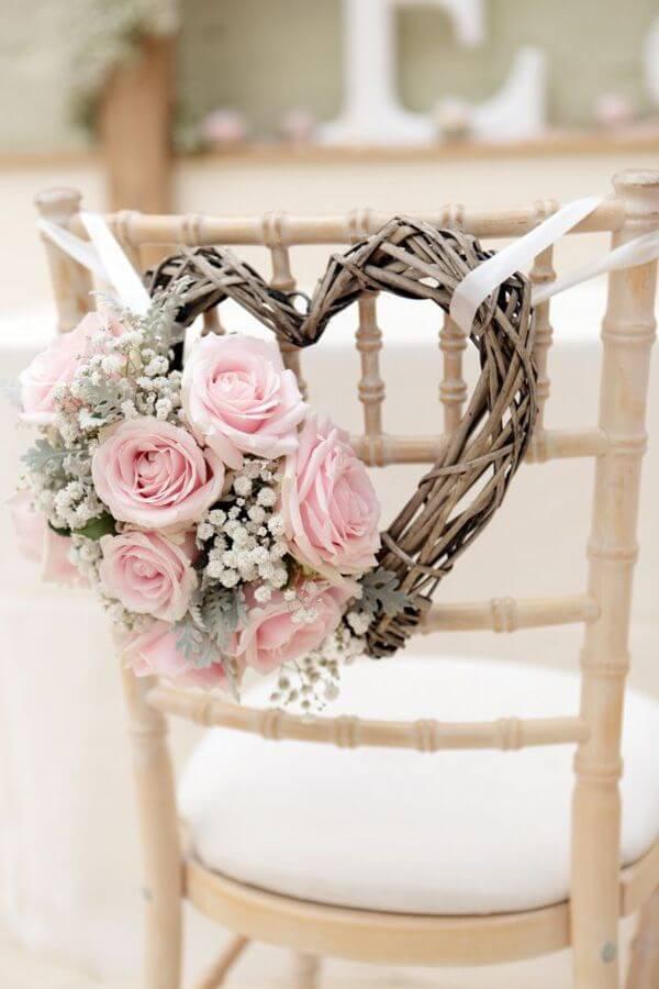 Stuhldeko für Hochzeit-Blumen am Herzenkranz