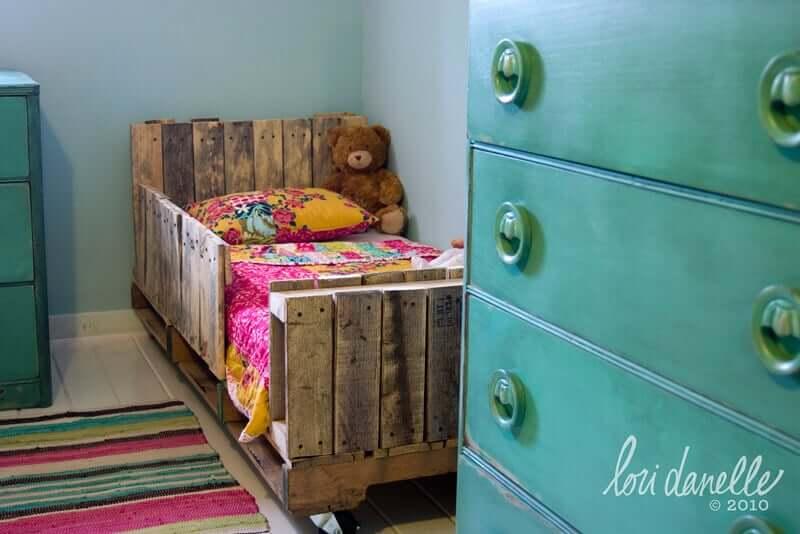 rustikale Wohndeko - Kinderbett aus Holzpaletten selber bauen