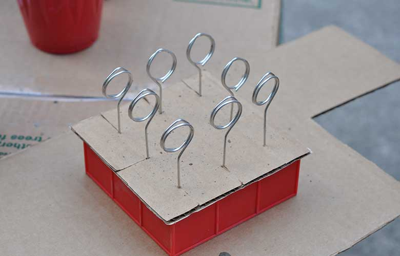 Kartonform auf die Eiswürfelform legen