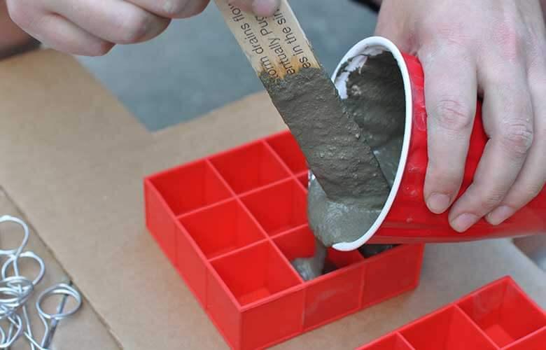 Zement vorsichtig in die Form füllen