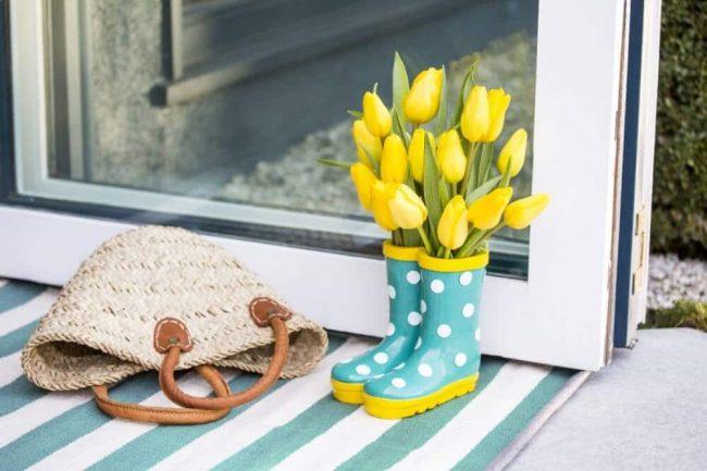 kreative Blumendeko selber machen - Gummistiefel mit Tulpen füllen