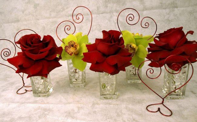 Valentinstag Deko mit Rosen und Herzen - Blumige Tischdeko