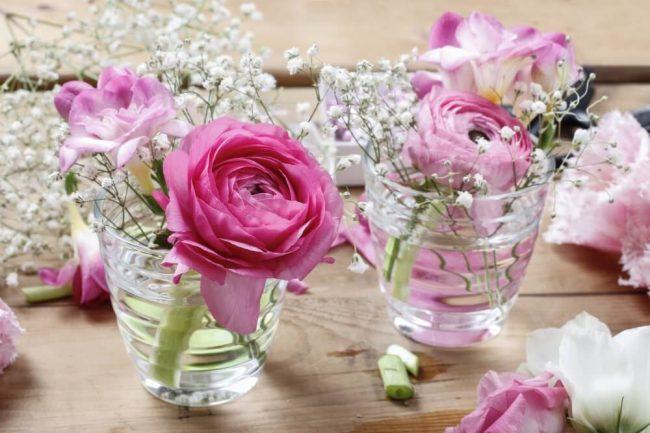Blumendeko mit Rosen und Schleierkraut - Wohndeko und Hochzeitsdeko-Ideen