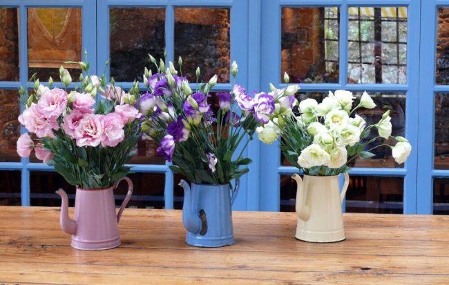 rustikale Gießkannen als Vasen nutzen - Blumendeko Ideen