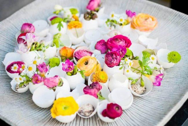 Eierschalen und Blumen Tischdeko