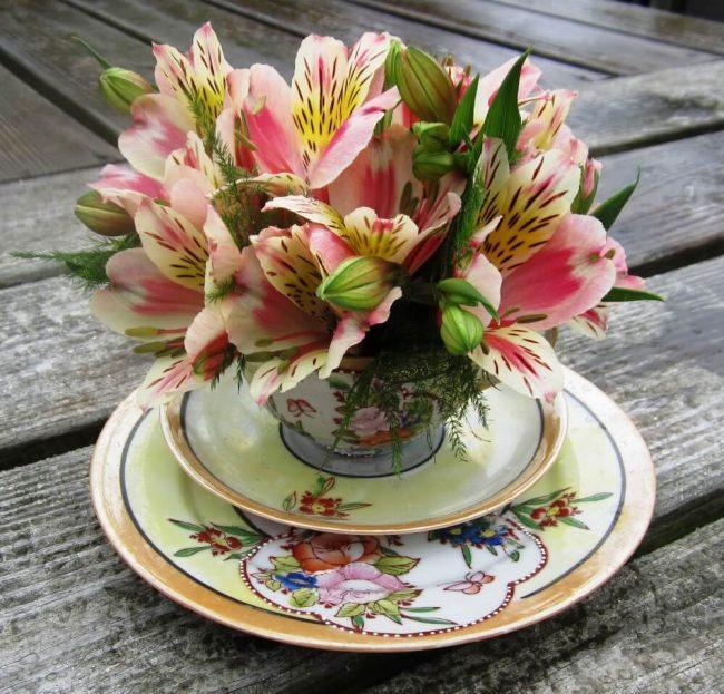 Tischdeko mit Lilien - Duftende Deko für die Terrasse