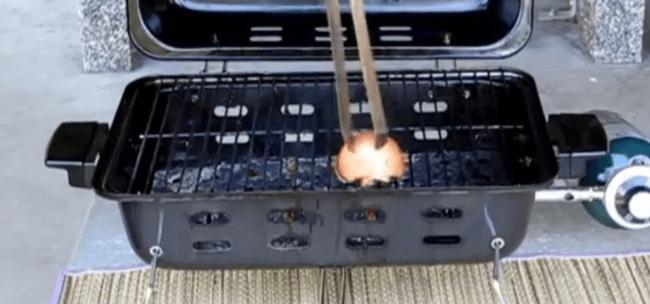 Grill mit einer Zwiebel reinigen