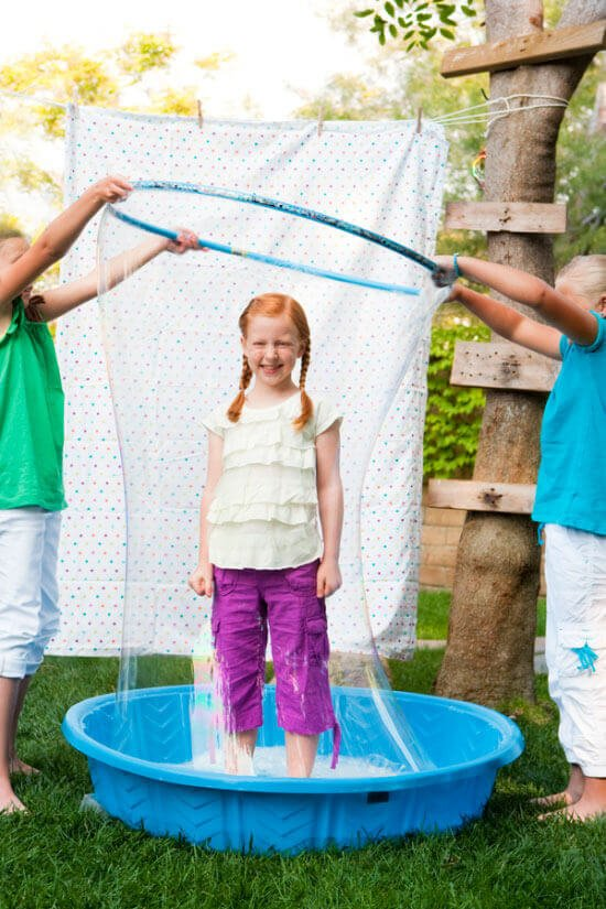 riesige Seifenblasen - Freizeitaktivitäten für Kinder