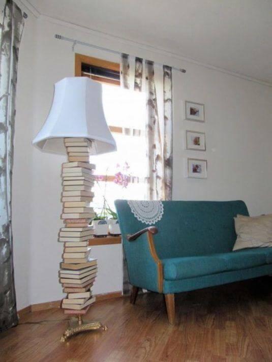 Stylische Lampe aus Büchern basteln