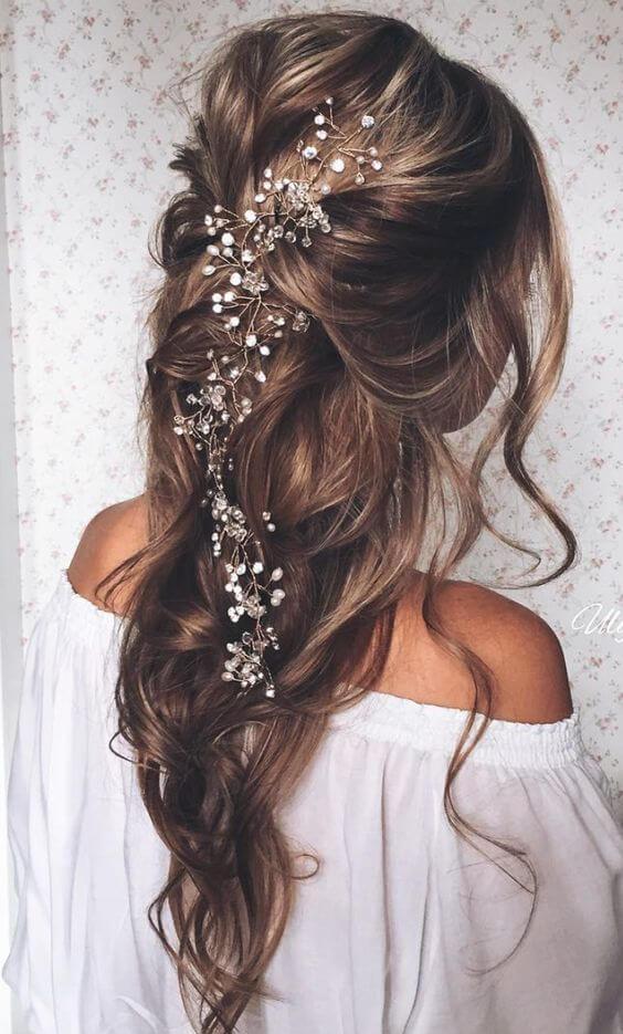 Langhaar-Frisuren für Hochzeiten mit Blumen-Haarschmuck