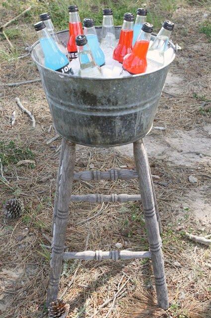 Getränkebehälter aus einem Stuhl und einem Zinkeimer bauen - DIY Gartenprojekte