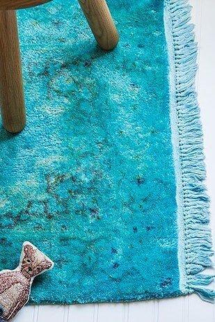 Interieur mit farbenfrohen Details aufpeppen - blauer Teppich - Wohndeko
