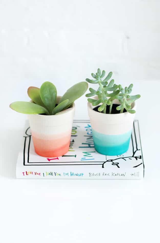 Blumentöpfe mit Farben verzieren - DIY Bastelideen
