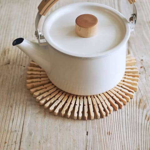 12 hübsche Deko Ideen mit Wäscheklammern - DIY Topfuntersetzer aus Wäscheklammern basteln