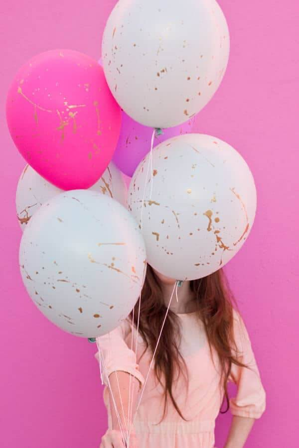 Luftballons mit Goldfarbe bespritzen - Partydekoration basteln