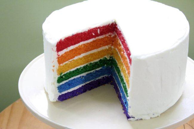 Bunte Torte in den Farben des Regenbogens