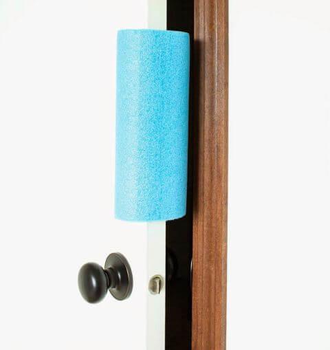 DIY Bastelidee-Türstopper aus einer Schwimmnudel selber machen