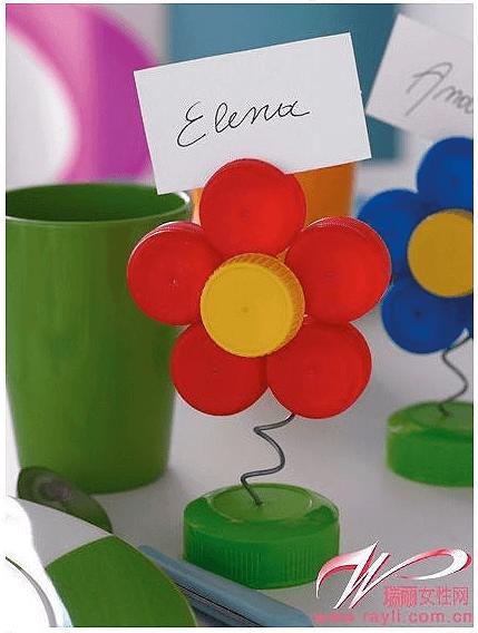 Foto oder Platzkartenhalter basteln aus Flaschendeckeln, Blumen basteln mit Kleinkindern